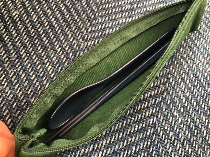 DEAN & DELUCAのカラトリーケースにお箸とスプーンを収納したイメージ