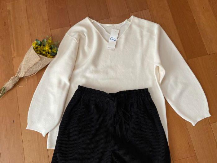 スムースコクーンセーターと黒のプリーツパンツのコーデ