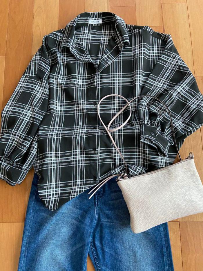 チェックのビッグシャツとデニムのコーデにピンクのバッグ