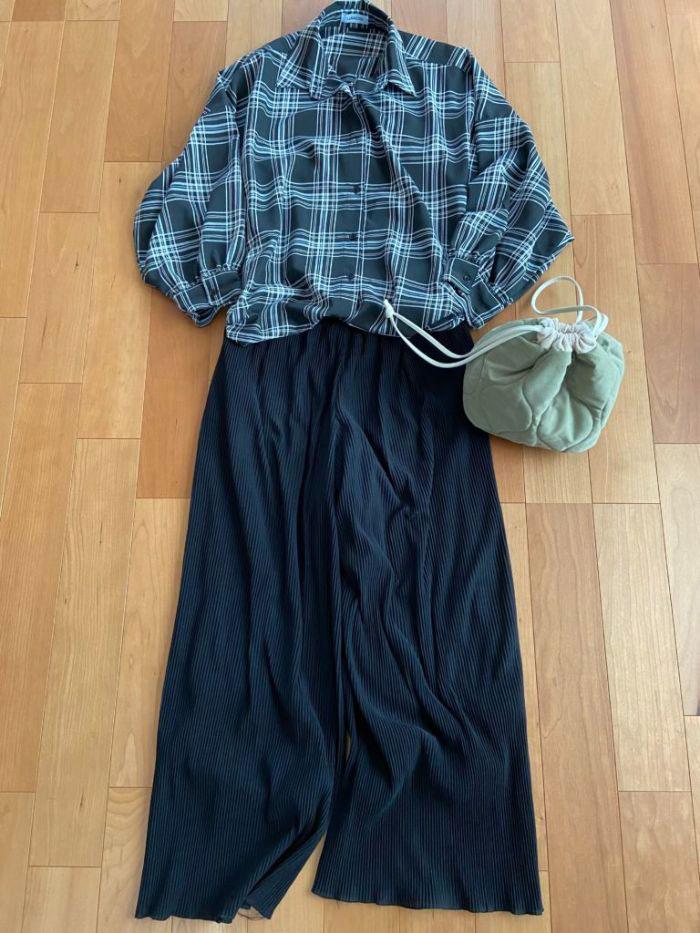 チェックのビッグシャツとパンツの上下黒のコーデ